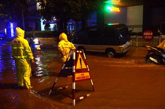 Hà Nội: Mưa lớn nhiều tuyến đường ùn tắc, ngập sâu nửa mét ảnh 11