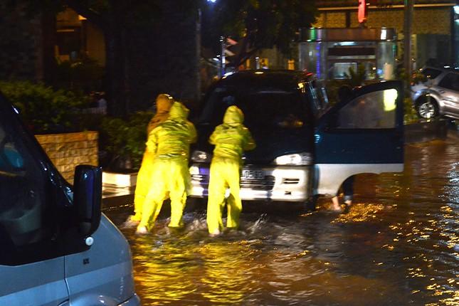Hà Nội: Mưa lớn nhiều tuyến đường ùn tắc, ngập sâu nửa mét ảnh 8