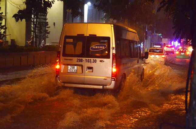 Hà Nội: Mưa lớn nhiều tuyến đường ùn tắc, ngập sâu nửa mét ảnh 5