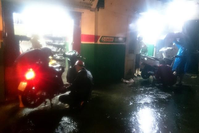 Hà Nội: Mưa lớn nhiều tuyến đường ùn tắc, ngập sâu nửa mét ảnh 13