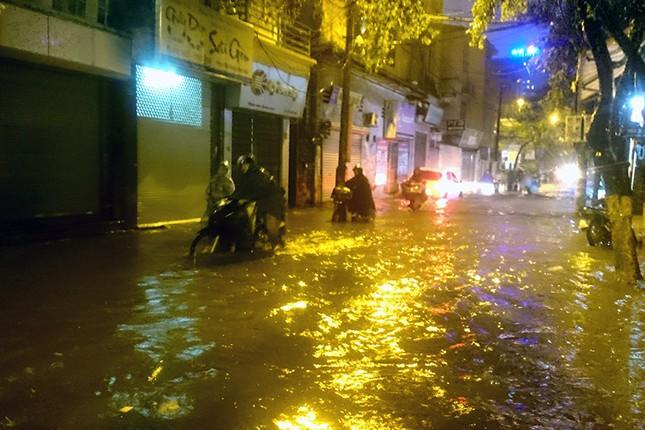 Hà Nội: Mưa lớn nhiều tuyến đường ùn tắc, ngập sâu nửa mét ảnh 6