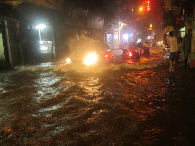 Hà Nội: Mưa lớn nhiều tuyến đường ùn tắc, ngập sâu nửa mét ảnh 1