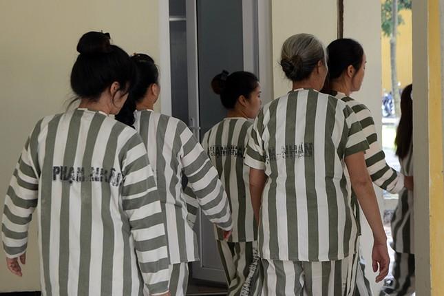 Phạm nhân rơi nước mắt khi được giảm án ảnh 3