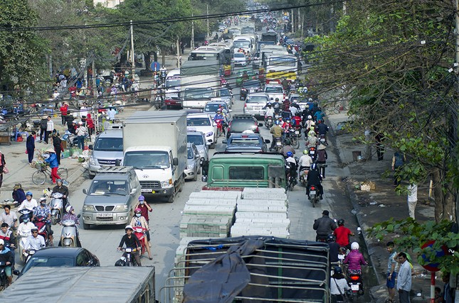 Hàng loạt tuyến đường ở Thủ đô ùn tắc giờ cao điểm buổi sáng ảnh 12