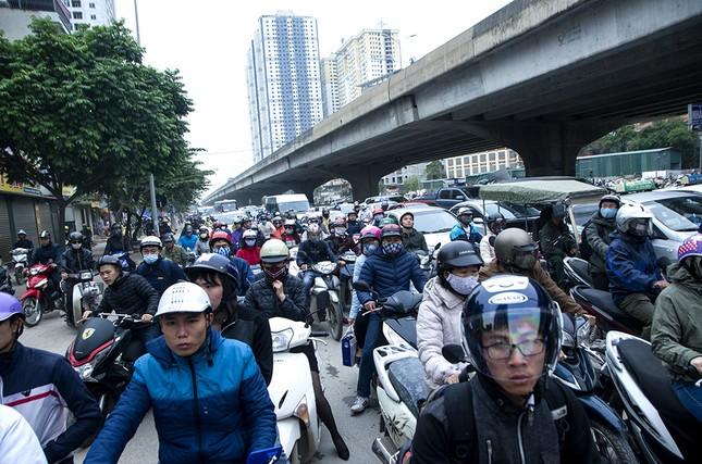 Hàng loạt tuyến đường ở Thủ đô ùn tắc giờ cao điểm buổi sáng ảnh 11