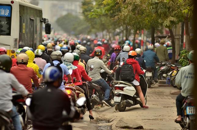 Hàng loạt tuyến đường ở Thủ đô ùn tắc giờ cao điểm buổi sáng ảnh 10