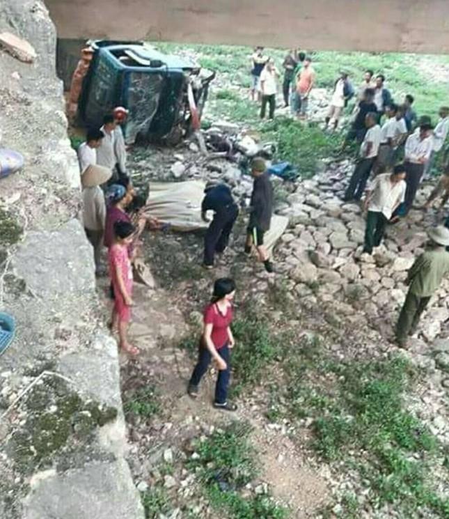 Xe máy, ô tô va chạm rơi xuống cầu làm 2 người thương vong ảnh 1