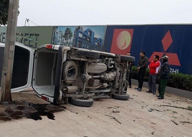 Ô tô mất lái lật nghiêng trên vỉa hè đường Nguyễn Xiển ảnh 1