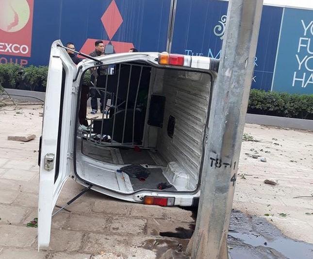 Ô tô mất lái lật nghiêng trên vỉa hè đường Nguyễn Xiển ảnh 2