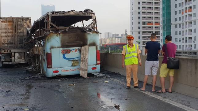 Cháy xe khách ở đường trên cao, 1 người chết ảnh 1