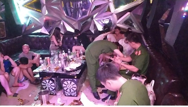 Hàng chục 'kiều nữ' dương tính ma túy, bay lắc điên cuồng trong quán karaoke ảnh 2