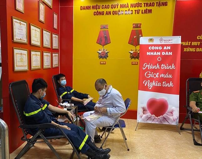 Gần 100 cán bộ chiến sĩ công an nhóm máu A và O tham gia hiến máu tình nguyện ảnh 2