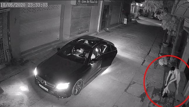 Nhóm người đi xe Mercedes nghi dùng súng bắn mèo tiền triệu ở Hà Nội ảnh 1