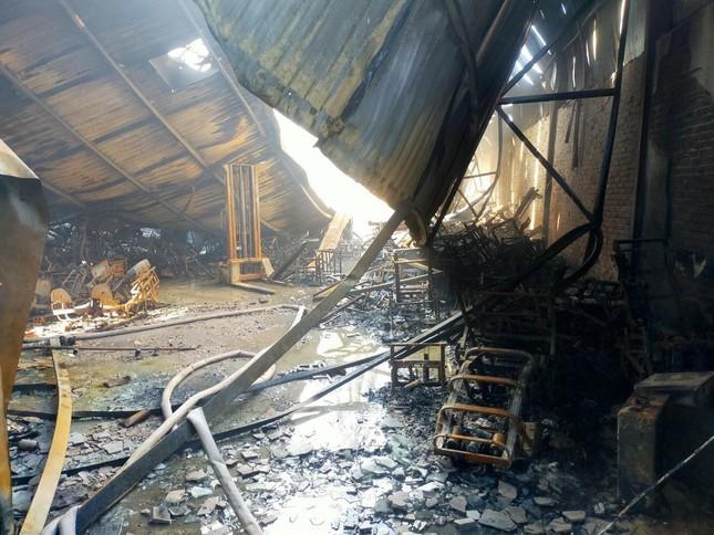Công an điều tra vụ cháy 700m2 nhà xưởng ở Long Biên ảnh 1