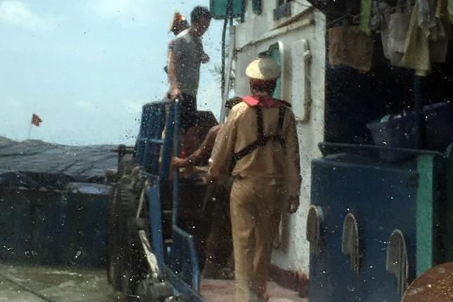Cứu sống một thuyền viên trượt chân rơi xuống biển ảnh 1