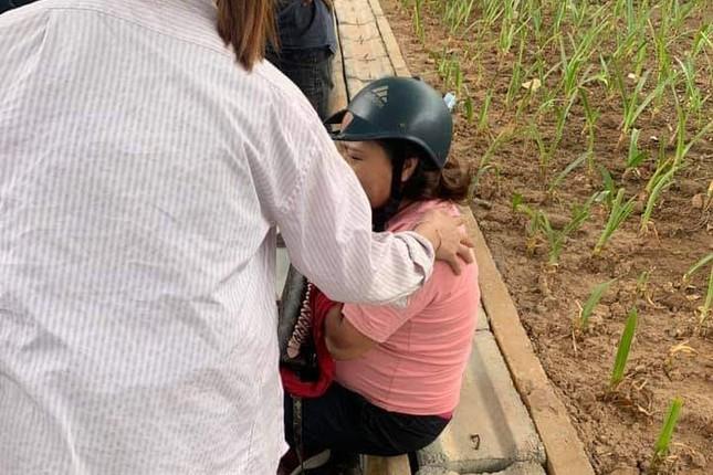 Tông vào phụ nữ mang thai, nhóm thanh niên cầm hung khí đập xe ảnh 1