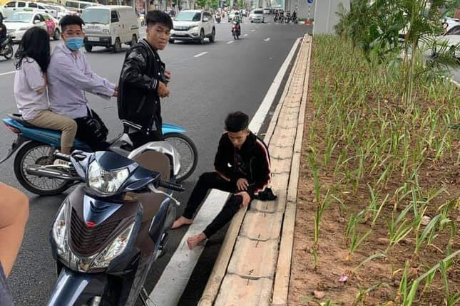 Tông vào phụ nữ mang thai, nhóm thanh niên cầm hung khí đập xe ảnh 2