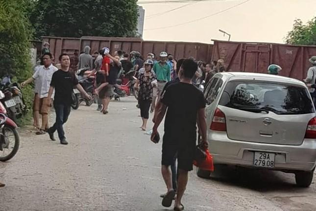 Hà Nội: Tàu hỏa đâm trúng xe khách 45 chỗ chở học sinh ảnh 1