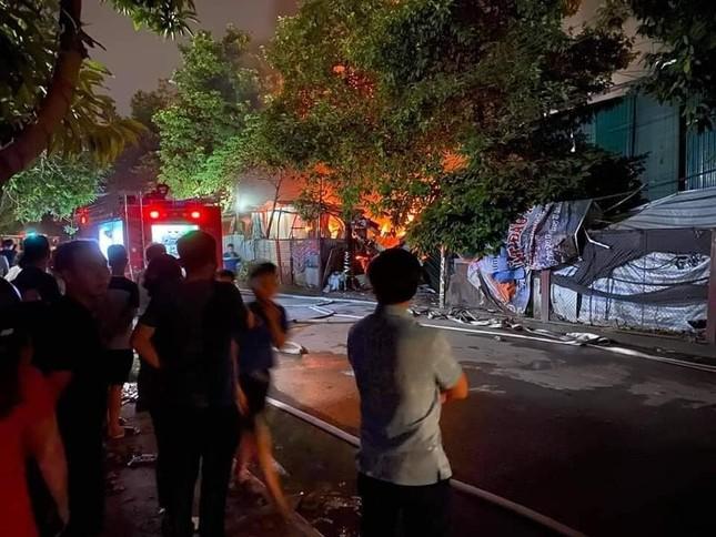 Cháy lớn tại gara ô tô và kho đồ nhựa ở Hà Nội ảnh 1