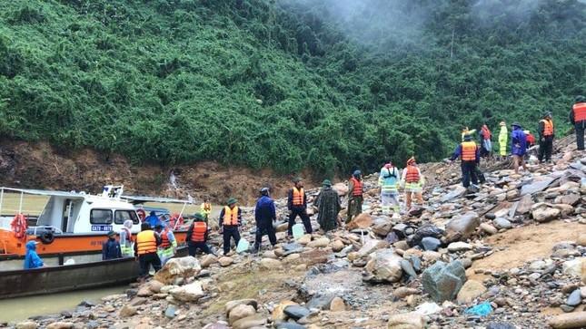 CSGT hỗ trợ người gặp nạn, tiếp tế lương thực cho bà con vùng lũ ảnh 2
