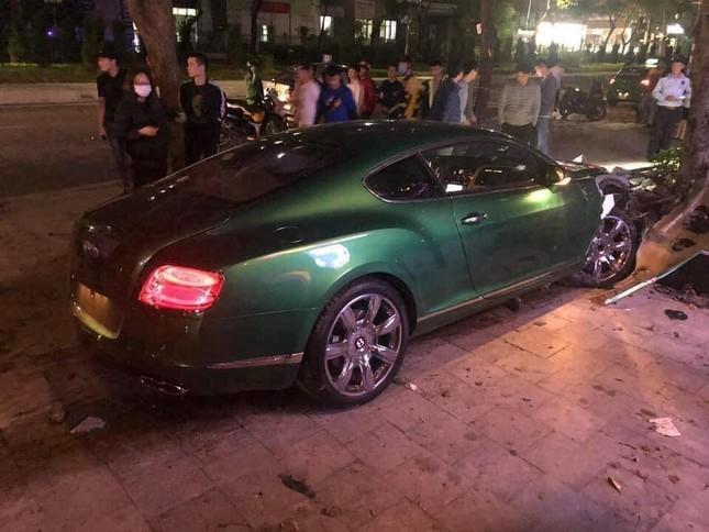 Siêu xe Bentley 'nát đầu' sau khi lao lên vỉa hè ở Hà Nội ảnh 3
