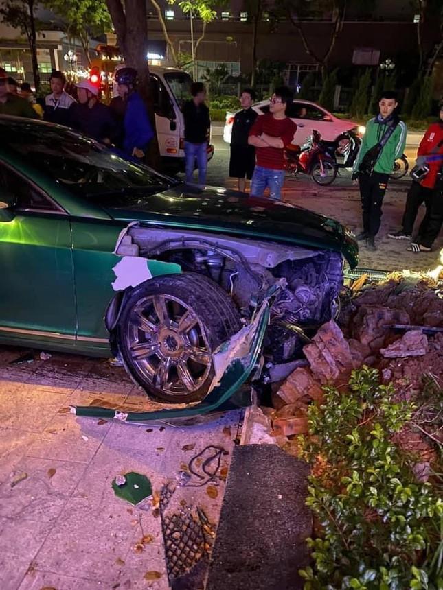 Siêu xe Bentley 'nát đầu' sau khi lao lên vỉa hè ở Hà Nội ảnh 2