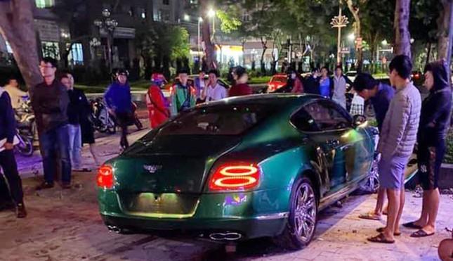 Siêu xe Bentley 'nát đầu' sau khi lao lên vỉa hè ở Hà Nội ảnh 1