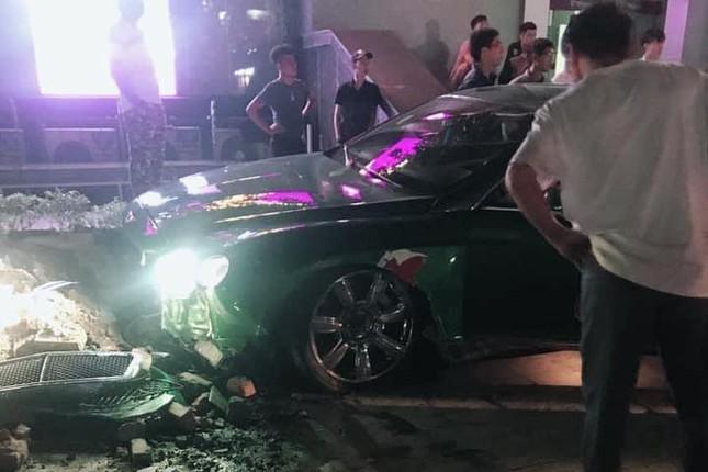 Siêu xe Bentley 'nát đầu' sau khi lao lên vỉa hè ở Hà Nội ảnh 5