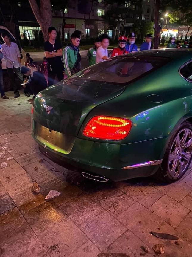 Siêu xe Bentley 'nát đầu' sau khi lao lên vỉa hè ở Hà Nội ảnh 4