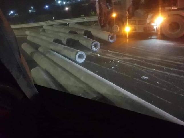 Xe đầu kéo làm rơi cột điện trên cao tốc Pháp Vân - Cầu Giẽ ảnh 2