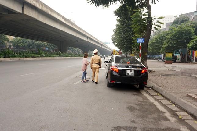 Dán thông báo phạt 'nguội' lên ô tô dừng đỗ sai quy định ở Hà Nội ảnh 1