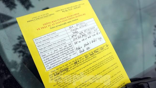 Nhiều trường hợp ô tô bị dán thông báo ngày đầu xử phạt 'nguội' ảnh 7