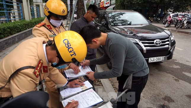Nhiều trường hợp ô tô bị dán thông báo ngày đầu xử phạt 'nguội' ảnh 9
