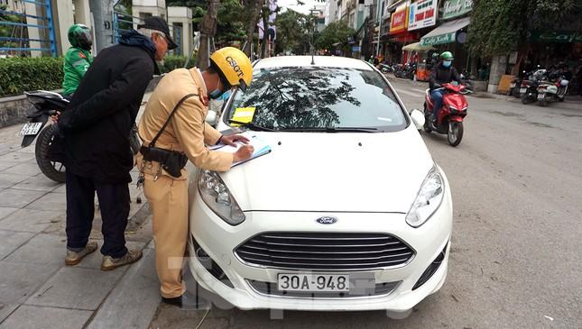 Nhiều trường hợp ô tô bị dán thông báo ngày đầu xử phạt 'nguội' ảnh 4