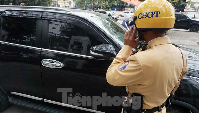 Nhiều trường hợp ô tô bị dán thông báo ngày đầu xử phạt 'nguội' ảnh 3