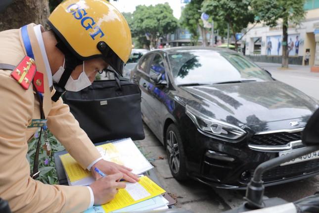Nhiều trường hợp ô tô bị dán thông báo ngày đầu xử phạt 'nguội' ảnh 10