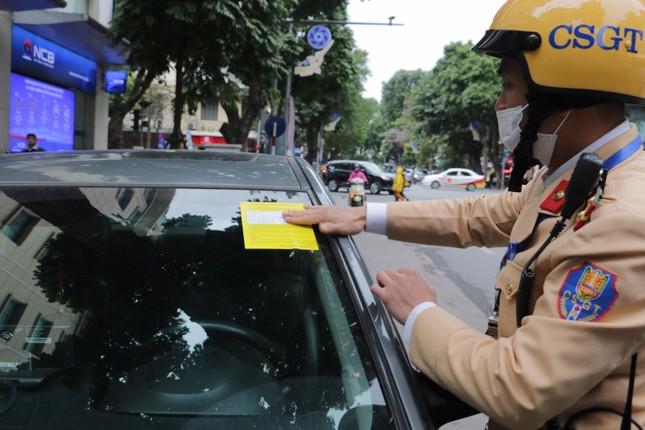 Nhiều trường hợp ô tô bị dán thông báo ngày đầu xử phạt 'nguội' ảnh 11