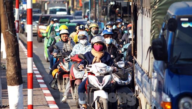 Dòng phương tiện khó nhọc ra khỏi cửa ngõ Thủ đô chiều cuối năm ảnh 2