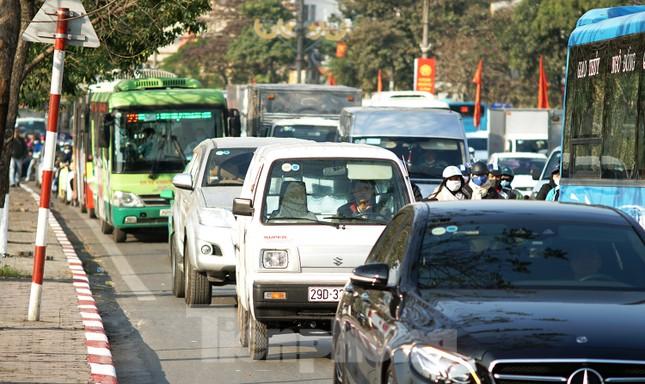 Dòng phương tiện khó nhọc ra khỏi cửa ngõ Thủ đô chiều cuối năm ảnh 3