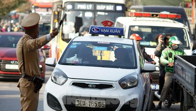 Dòng phương tiện khó nhọc ra khỏi cửa ngõ Thủ đô chiều cuối năm ảnh 4