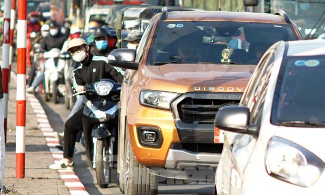 Dòng phương tiện khó nhọc ra khỏi cửa ngõ Thủ đô chiều cuối năm ảnh 5