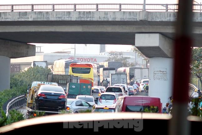 Dòng phương tiện khó nhọc ra khỏi cửa ngõ Thủ đô chiều cuối năm ảnh 12