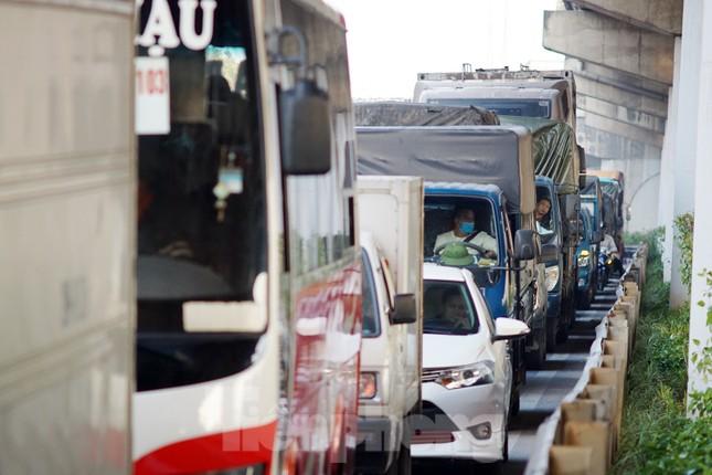 Dòng phương tiện khó nhọc ra khỏi cửa ngõ Thủ đô chiều cuối năm ảnh 9