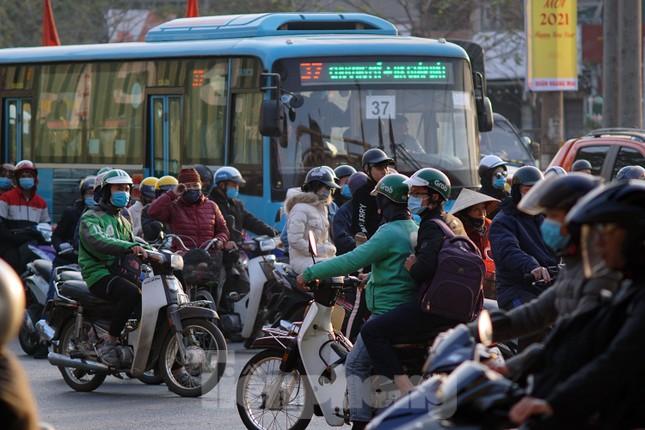Dòng phương tiện khó nhọc ra khỏi cửa ngõ Thủ đô chiều cuối năm ảnh 11