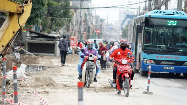 Người dân vất vả luồn lách vượt qua 'đại công trường' đường Vành đai 2 ảnh 4