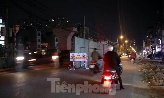 Người dân vất vả luồn lách vượt qua 'đại công trường' đường Vành đai 2 ảnh 14