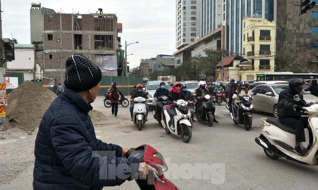 Người dân vất vả luồn lách vượt qua 'đại công trường' đường Vành đai 2 ảnh 5