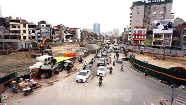 Người dân vất vả luồn lách vượt qua 'đại công trường' đường Vành đai 2 ảnh 16