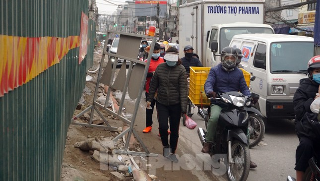 Người dân vất vả luồn lách vượt qua 'đại công trường' đường Vành đai 2 ảnh 13