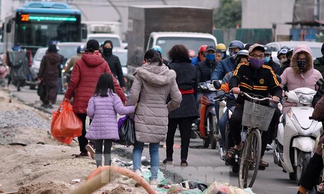 Người dân vất vả luồn lách vượt qua 'đại công trường' đường Vành đai 2 ảnh 12